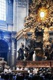 Härligt inre av domkyrkan i Vaticanen royaltyfria bilder