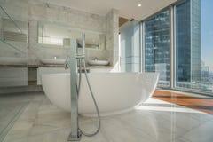 Härligt inre badrum av ett modernt hus Fotografering för Bildbyråer