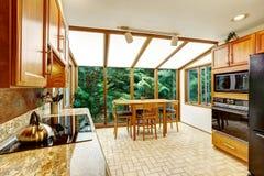 härligt inre kök Äta middag område med transparant exponeringsglas w Royaltyfri Foto