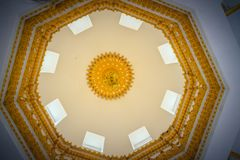 Härligt invecklat mönstrat tak av den guld- pagoden på Wat Th royaltyfri bild
