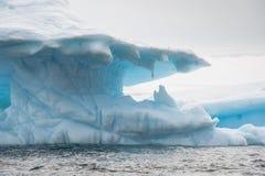 Härligt isberg i Antarktis Arkivfoton
