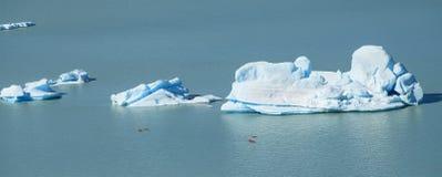 Härligt isberg och kanoter fotografering för bildbyråer