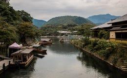 Härligt japanskt landskap med en flod, blåa dimmiga berg och kanalfartyg Arkivbilder