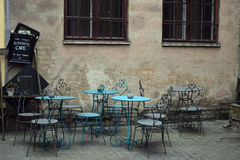 Härligt kafé i den historiska gården Arkivfoton