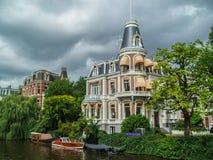 Härligt kanalhus i Amsterdam Arkivfoton