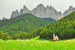 Härligt kapell i berg Arkivfoton