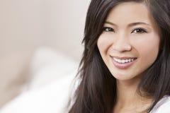 Härligt kinesiskt orientaliskt asiatiskt le för kvinna Arkivfoto