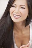 Härligt kinesiskt orientaliskt asiatiskt le för kvinna Fotografering för Bildbyråer