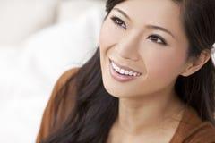 Härligt kinesiskt orientaliskt asiatiskt le för kvinna Arkivbild