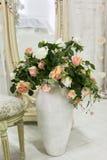 Härligt klassiskt rum med tappningtabellen, vas och blommor, hjärtagarneringar och bilder Fotografering för Bildbyråer