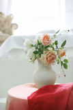 Härligt klassiskt rum med tappningtabellen, vas och blommor, hjärtagarneringar och bilder arkivbild
