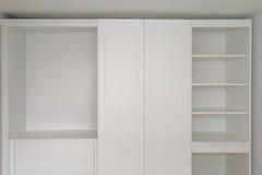 Härligt klassiskt vitt wood möblemang royaltyfri bild