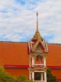 Härligt klockatorn på territoriet av en buddistisk tempel thai Arkivfoton