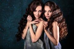 Härligt kopplar samman unga kvinnor med naturlig smink- och hårstil som poserar naket dolt med den gråa torkduken, closeupstående Arkivbild