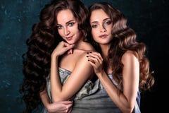 Härligt kopplar samman unga kvinnor med naturlig smink- och hårstil som poserar naket dolt med den gråa torkduken, closeupstående Royaltyfri Bild