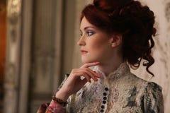 Härligt kvinnaanseende i slottrummet Royaltyfri Fotografi