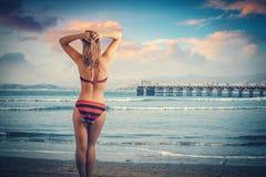 Härligt kvinnaanseende på stranden som tycker om ferien Arkivfoto