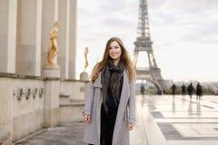 Härligt kvinnaanseende på Trocadero den fyrkantiga near förgyllda statyer och Eiffeltorn Royaltyfria Foton