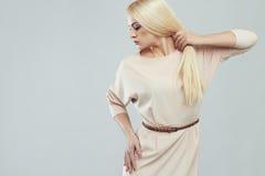 härligt kvinnabarn blond flicka modell med starkt sunt hår Fotografering för Bildbyråer