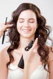 Härligt kvinnaframsidaslut upp studio på grå makeupprocess arkivfoton