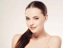 Härligt kvinnaframsidaslut upp ung studio för stående på vit royaltyfri foto