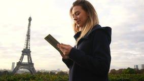 Härligt kvinnamaskinskrivningmeddelande vid minnestavlan med Eiffeltornbakgrund i ultrarapid stock video