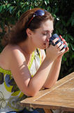 Härligt kvinnasammanträde i ett kafé som dricker kaffe Arkivbild