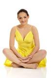 Härligt kvinnasammanträde i gul klänning Arkivbild