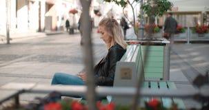 Härligt kvinnasammanträde på bänk och vänta på ett datum Arkivbilder