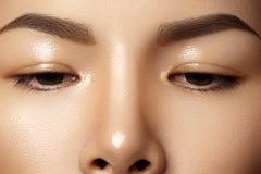 Härligt kvinnligt öga med ren hud, daglig modemakeup Asiatisk modellframsida Göra perfekt form av ögonbrynet royaltyfri fotografi