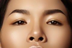 Härligt kvinnligt öga med ren hud, daglig modemakeup Asiatisk modellframsida Göra perfekt form av ögonbrynet arkivfoton
