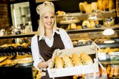 Härligt kvinnligt bageri som poserar med olika typer av smörgåsar Royaltyfri Foto