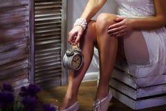 Härligt kvinnligt lägger benen på ryggen Arkivfoton