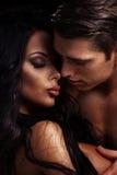 härligt kyssa för par Royaltyfria Bilder