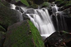 Härligt långt exponeringslandskap av den Saithip vattenfallet arkivfoto