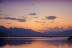 Härligt landskap av aftonsjösikten arkivbilder