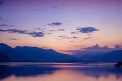 Härligt landskap av aftonsjösikten arkivfoton
