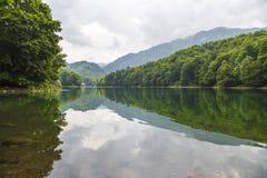 Härligt landskap av bergen och sjön Arkivfoto
