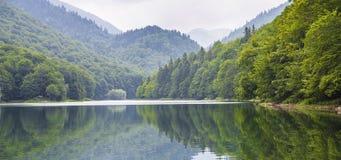 Härligt landskap av bergen och sjön Royaltyfri Bild