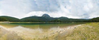 Härligt landskap av bergen och sjön Fotografering för Bildbyråer