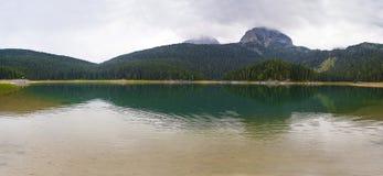 Härligt landskap av bergen och sjön Arkivbilder