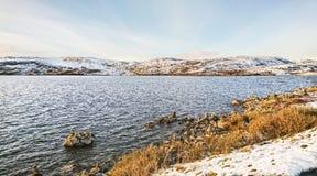 Härligt landskap av de snöig kusterna av en lugna nordlig fjord i September, Norge royaltyfri bild