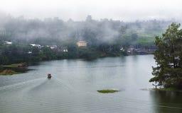 Härligt landskap av den enorma sjön, med träd och mist skapar att lugna atmosfär Härligt landskap av den enorma sjön, med träd oc Royaltyfri Bild