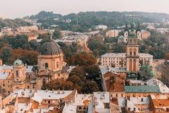 Härligt landskap av den gamla staden: gator tak, sikt, dörrar arkivbilder