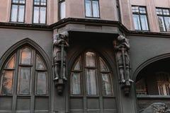 Härligt landskap av den gamla staden: gator tak, sikt, dörrar royaltyfri fotografi