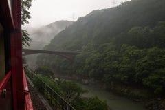 Härligt landskap av den Katsura floden som ses från de röda vagnarna av Sagano den sceniska järnvägen royaltyfri bild