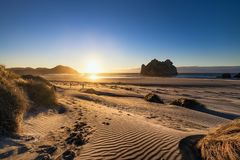Härligt landskap av den Wharariki stranden, Nya Zeeland royaltyfria foton