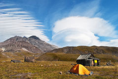 Härligt landskap av det blåttskyen och berg royaltyfri fotografi