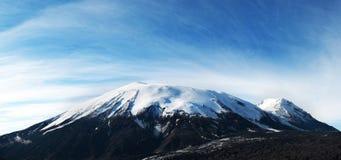 Härligt landskap av det blåttskyen och berg som är maximala med snow Arkivbild