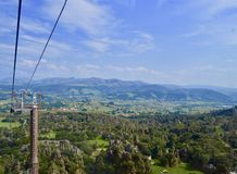 Härligt landskap av fält och berget i Cantabria arkivbild